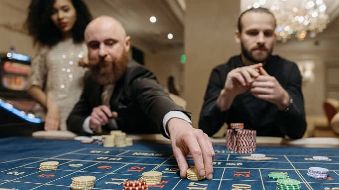 What is a high roller in a casino?